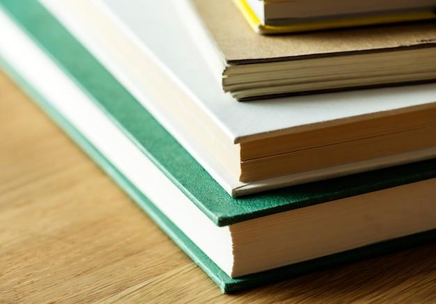 Primer plano de la pila de libros antiguos concepto educativo, académico y literario