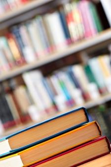 Primer plano de una pila de libros