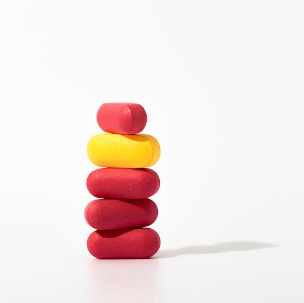 Primer plano de píldoras apiladas con espacio de copia