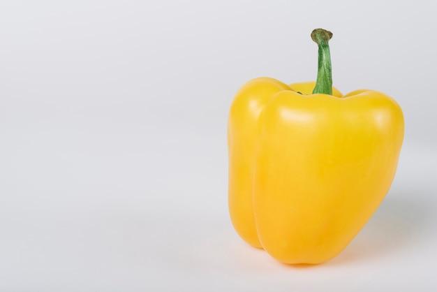 Primer plano de pimiento amarillo sobre fondo blanco