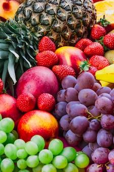Primer plano de piña; fresa; uvas y manzana