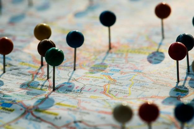 Primer plano de pines en el mapa de planificación de viaje de viaje