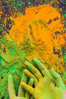 Primer plano de pintado a mano con polvo holi color.