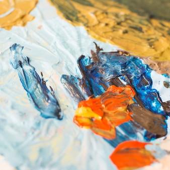 Primer plano de la pintura de aceite texturizada cremosa mezclada sucia