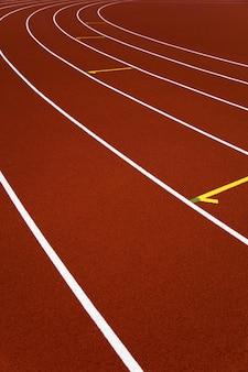 Primer plano de pistas de atletismo del estadio rojo