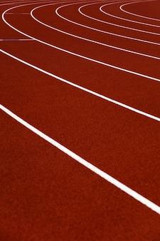 Primer plano de las pistas de atletismo del estadio rojo