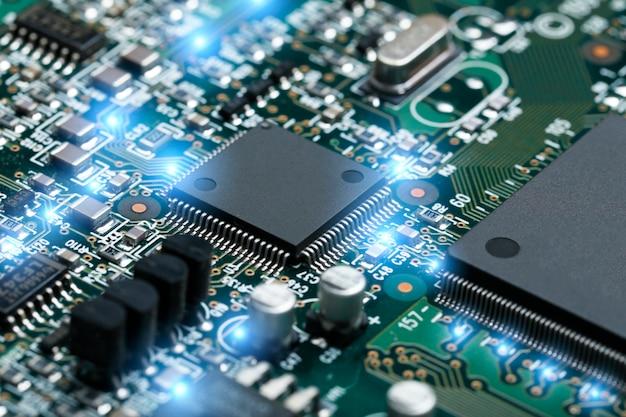 Primer plano de la placa de circuito electrónico con cpu microchip componentes electrónicos de fondo