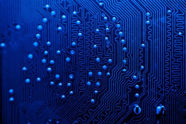 Primer plano de placa de circuito temática azul