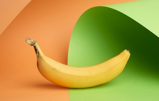 Primer plano de plátano amarillo maduro