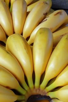 Primer plano de plátanos maduros en puesto en el mercado callejero