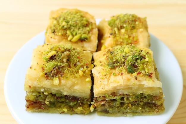 Primer plano de un plato de deliciosos pasteles baklava de forma cuadrada