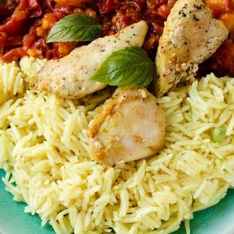 Primer plano de un plato indio de pollo y arroz