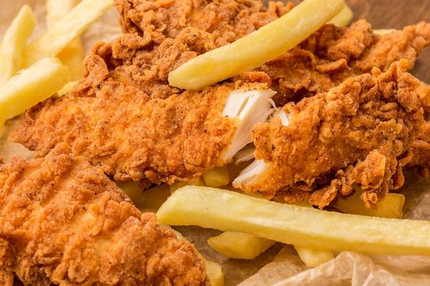 Primer plano de pollo frito y papas fritas