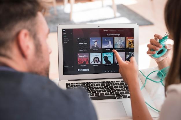 Primer plano de portátil con app de spotify