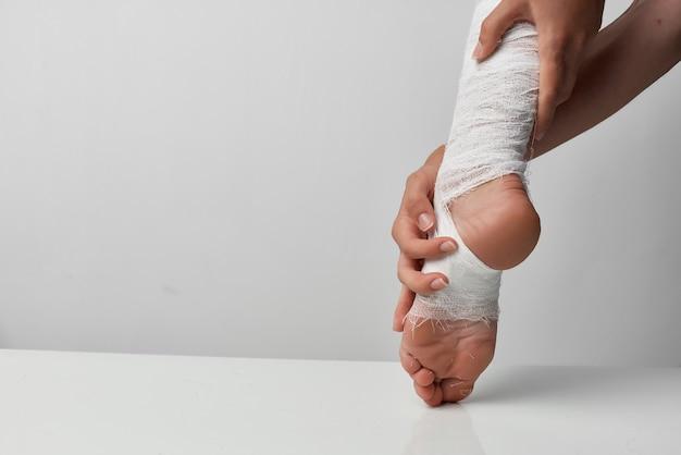 Primer plano de problemas de salud de lesión en la pierna vendada