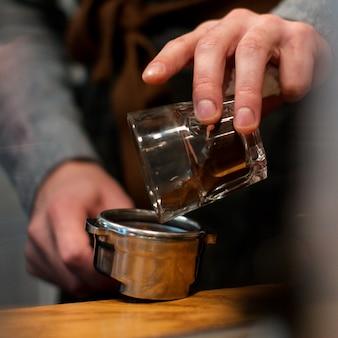 Primer plano profesar de hacer café