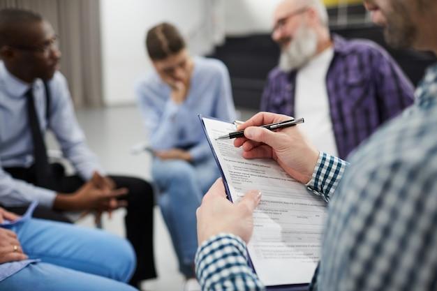 Primer plano de psicólogo en grupo de apoyo