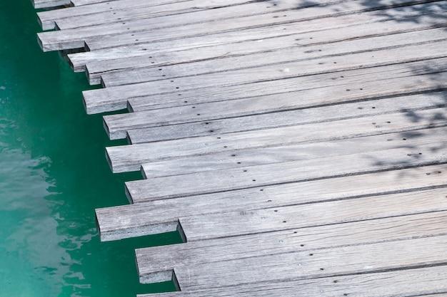 Primer plano de un puente de madera sobre el mar