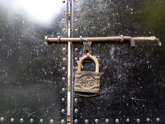 Primer plano de puerta con candado