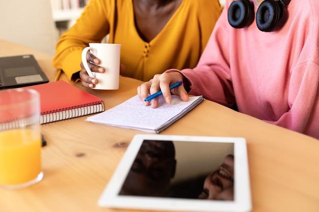 Primer plano de una puesta en marcha casual de mujeres empresarias hablando en la pausa para el café