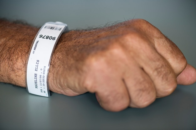 Primer plano de la pulsera de identificación del paciente
