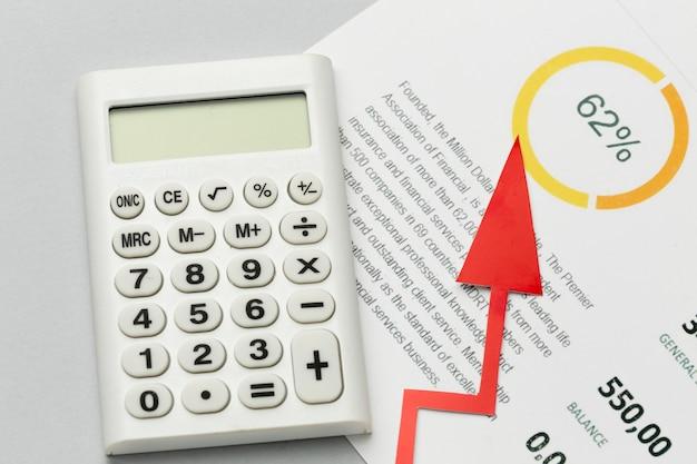 Primer plano que aumenta la economía y la calculadora