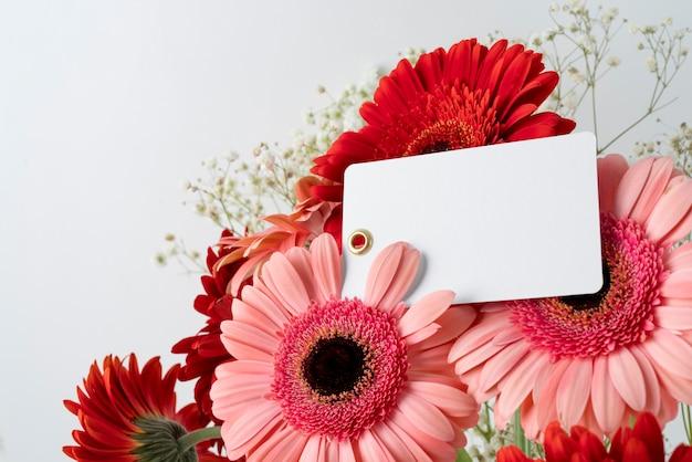 Primer plano de ramo de flores con etiqueta