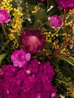 Primer plano de ramo de flores frescas