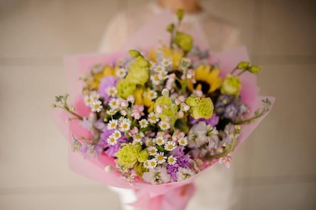 Primer plano de ramo con margaritas y lilas