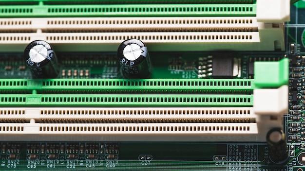 Primer plano de la ranura pci en la placa de circuito