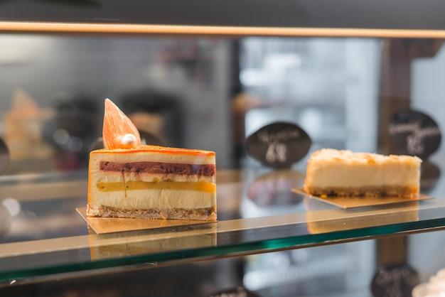 Primer plano de rebanadas de pastel en la cafetería