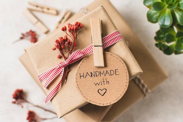 Primer plano de regalo hecho a mano con pin de ropa