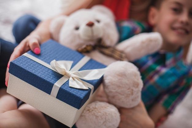 Primer plano de regalo y oso de peluche