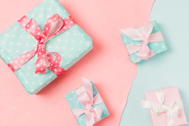 Primer plano de regalos en diferentes tamaños colocados en doble fondo