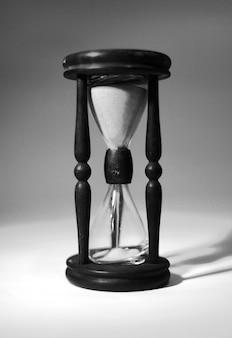 Primer plano de reloj de arena. aislado sobre fondo azul foto con espacio de copia