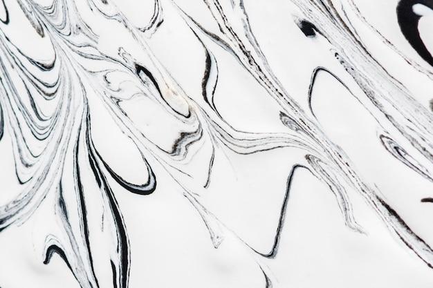 Primer plano de remolinos de pintura monocromática