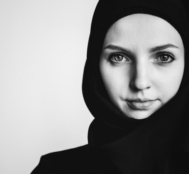 Primer plano de retrato de mujer islámica