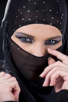 Primer plano, retrato, de, ninja, cara, en la oscuridad