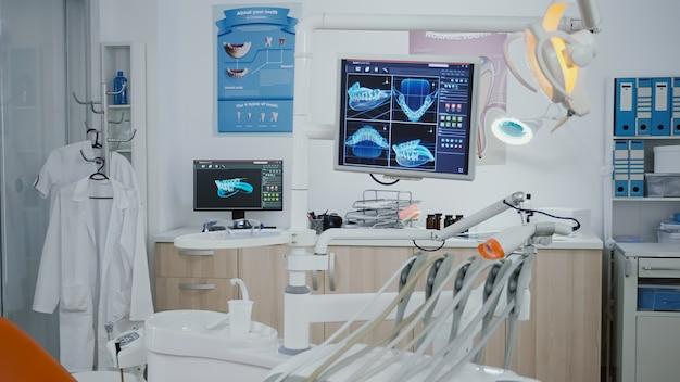 Primer plano revelador tiro pantalla de odontología médica con diagnóstico de dientes imágenes de rayos x en él profe vacío ...