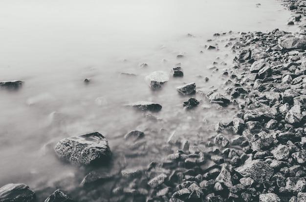 Primer plano de rocas en la costa del mar