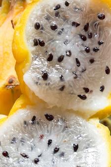 Primer plano de rodajas de pitaya amarilla