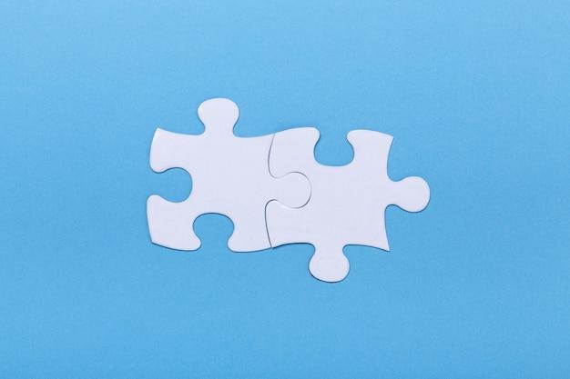 Primer plano de un rompecabezas en azul pieza faltante del rompecabezas