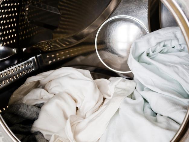Primer plano de ropa blanca en lavadora