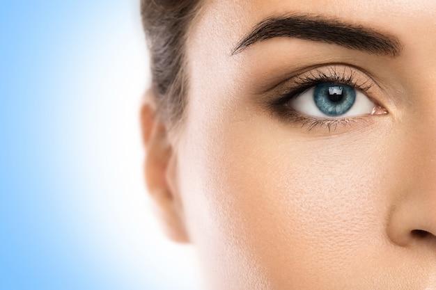 Primer plano del rostro femenino en azul