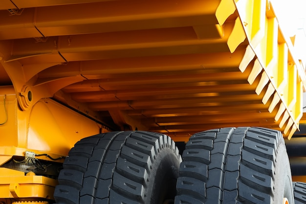 Primer plano de la rueda de un enorme camión volquete