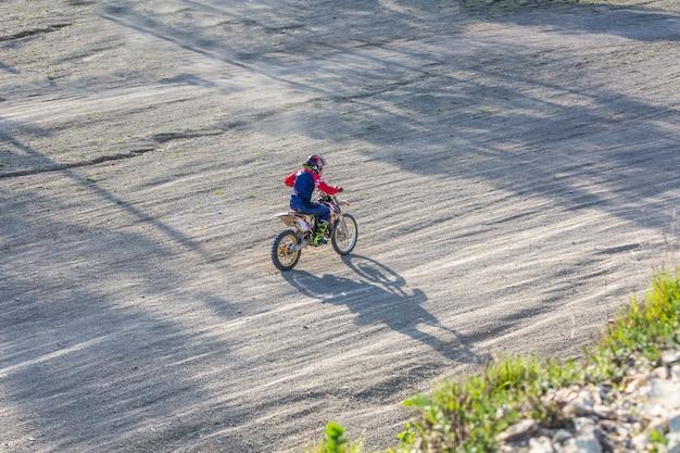 Primer plano de la rueda trasera de motocross de la motocicleta, detalles