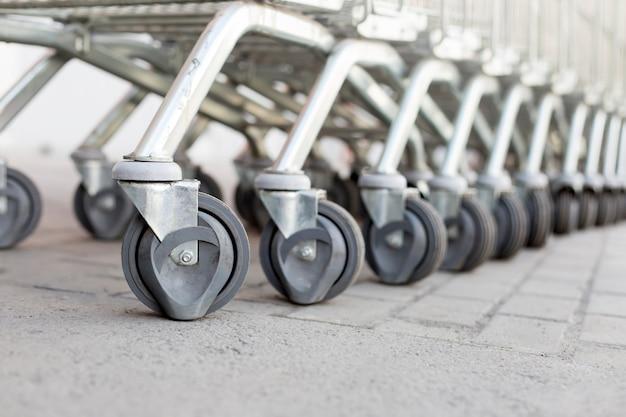 Primer plano de las ruedas de un carro de supermercado.