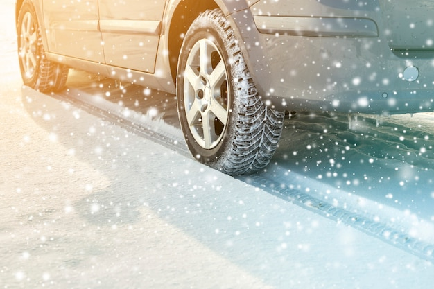 Primer plano de ruedas de coche neumáticos de goma en la nieve profunda del invierno. concepto de transporte y seguridad.