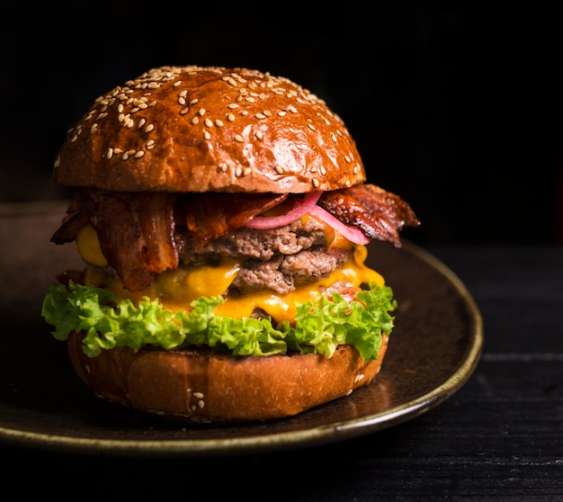 Primer plano sabrosa hamburguesa doble llena de lechuga