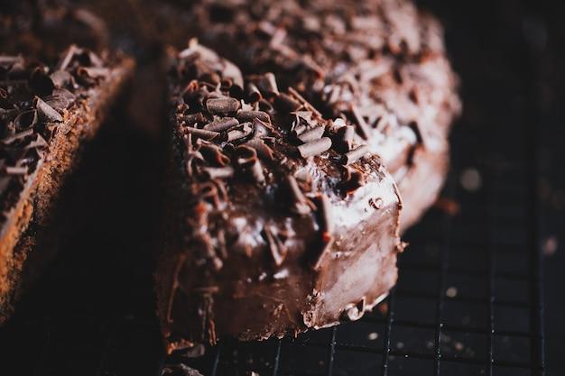 Primer plano de una sabrosa tarta de chocolate con trozos de chocolate en una bandeja para hornear.